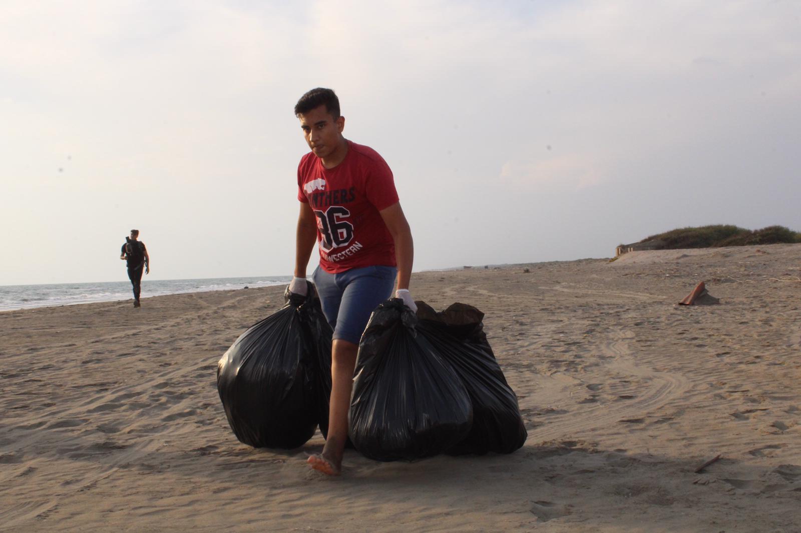 Karataş Belediyesi Akyatan' da Sahil Temizlik Etkinliği Gerçekleştirdi.